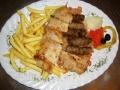 Grillteller mit Djuwetschreis,Pommes,Ajvar